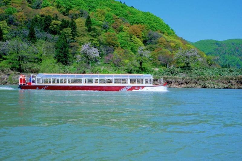 最上峡の山々が間近まで迫るダイナミックな景観を「舟下り」しながら観賞しませんか?