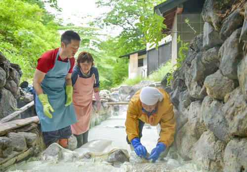 日本初! 秘境湯の花畑で湯花採取体験