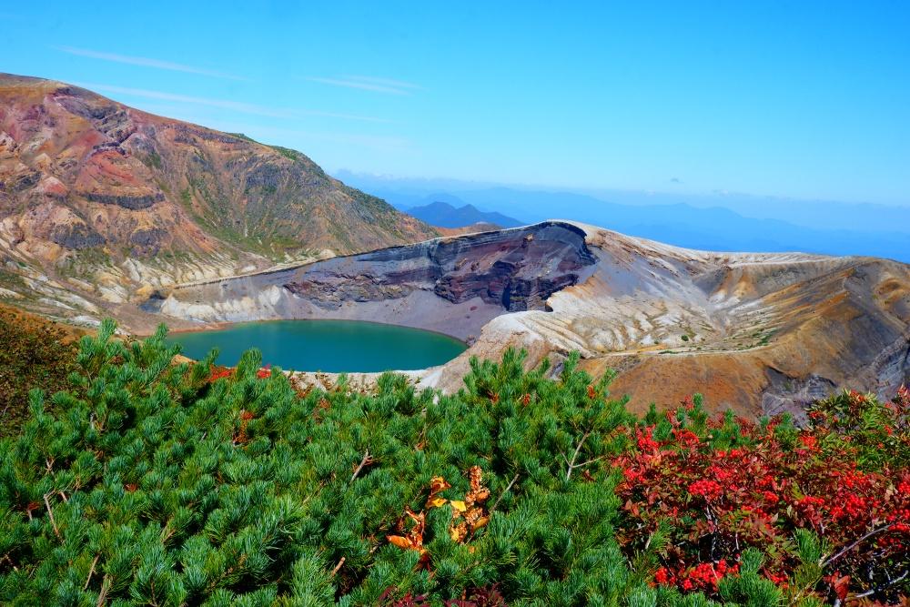 【特集記事】秋の行楽にオススメ! エメラルドグリーンの湖面が美しい「御釜」とは